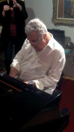 Randy_at_Gershwins_piano